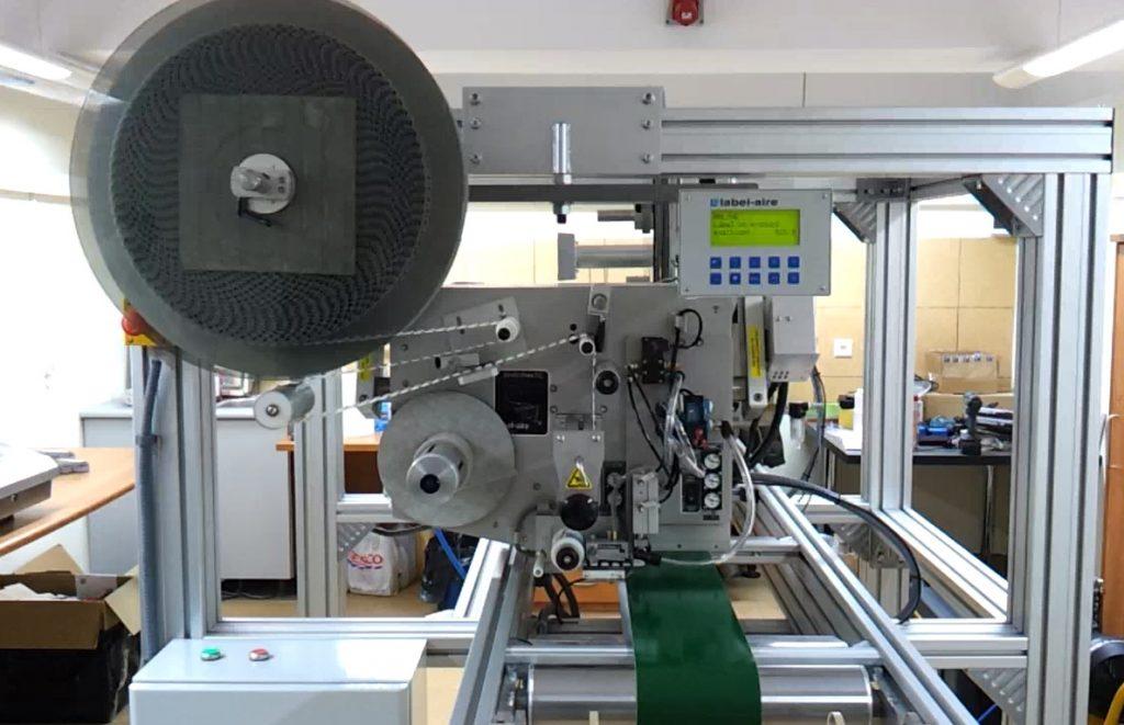 Aplikator Label-Aire 3114 EAS - urządzenie dedykowane do aplikowania etykiet tagami antykradzieżowymi
